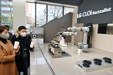 LG베스트샵에 취직한 '클로이 로봇'이 내려준 커피 맛은?