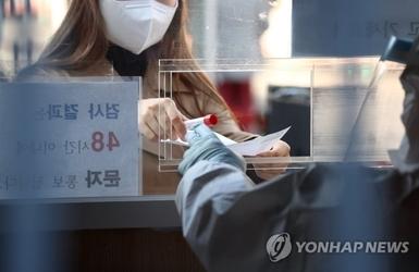 백신 접종 사흘째, 코로나 신규 확진자 300명대로 줄어...'주말효과' 반영된 듯