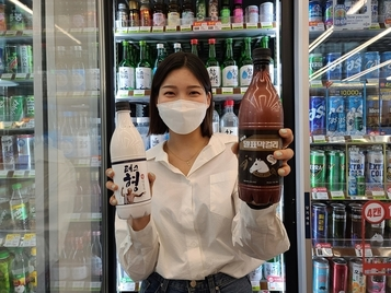"""""""막걸리에 빠진 MZ세대""""...CU, '테스형'·'말표 검정콩' 인기"""